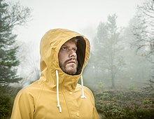 Regenmantel,Mann,sehen,gelb,Dunst,Wald,Kapuzenjacke,jung,wegsehen,Reise,Kleidung