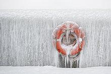 Deutschland, Sassnitz, Rettungsring auf Eiswand im Winter