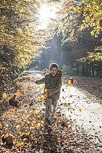 Junge - Person,Wald,Herbst,spielen