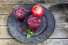 Granatapfelsirup mit Granatapfelsamen, Prosecco und Mineralwasser im Glas