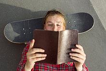 liegend,liegen,liegt,liegendes,liegender,liegende,daliegen,Frau,Buch,über,Skateboard,schießen,Skateboardanlage,gerade,Taschenbuch,vorlesen