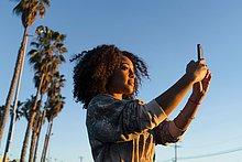 fotografieren,Frau mittleren Alters,Frauen mittleren Alters,benutzt Smartphone
