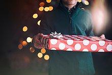 Geschenk,Anschnitt,Junge - Person,halten,frontal,Weihnachtsbaum,Tannenbaum,Ansicht
