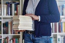 Bücherregal,Anschnitt,Frau,tragen,Buch,Stapel,schießen