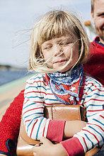 Norwegen, Kleines Mädchen (4-5) mit Vater