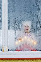 Finnland, Heinola, Girl (2-3) mit Blick aus mattiertem Fenster