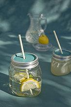 Upcycling von alten Marmeladengläsern, Limonade und Trinkhalm