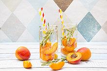 Mit Aprikose und Rosmarin aufgegossenes Wasser