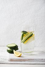 Wasserglas mit Zitronen- und Gurkengeschmack