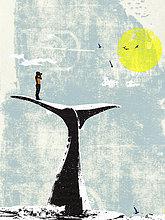 Mann steht auf der Schwanzflosse eines Wals und schaut durch ein Fernglas