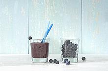 Heidelbeer-Smoothie im Glas mit Trinkhalm