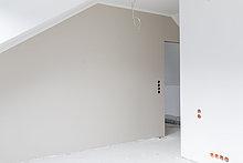 Leere graue Wand auf der Baustelle einer Wohnung