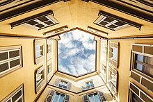 Italien, Mailand, Fassaden eines Hinterhofs von unten gesehen