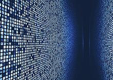 Schmaler Korridor zwischen vielen Zahlen auf digitalen Displays in Fluchtpunktperspektive