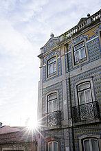 Gebäude mit kunstvoll gefliester Fassade