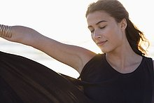 Attraktive junge Frau posiert am Strand