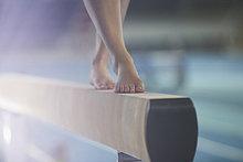 Nackte Füße der Turnerin auf dem Balken
