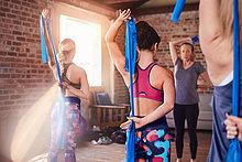 Frauen mit Widerstandsbändern im Fitnessstudio der Übungsklasse