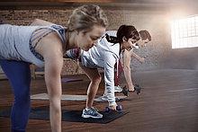 Übungsklasse Balancing mit Hanteln im Fitnessstudio