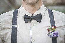 Nahaufnahme des Bräutigams mit Blumenschmuck