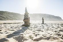 Portugal, Gestapelte Steine am Strand