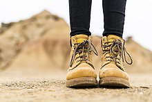 Spanien, Navarra, Bardenas Reales, Wanderschuhe der jungen Frau im Naturpark, Nahaufnahme