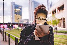Frau im Stadtgebiet mit digitaler Tablette, Mailand, Italien