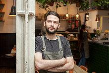 Porträt der jungen männlichen Cafe Besitzer im Café