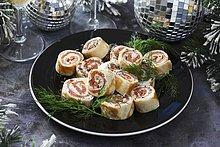 Räucherlachsröllchen mit Frischkäse zu Weihnachten
