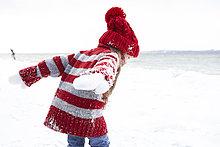 Kleines Mädchen mit Spaß im Winter