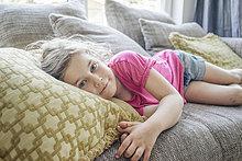 Porträt eines auf der Couch liegenden Mädchens