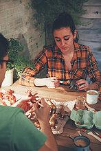 Junges Paar malt Tierfiguren mit Farbe
