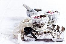 Gläser Joghurt Dessert mit Chia, gerösteten Haselnüssen und Kaffee