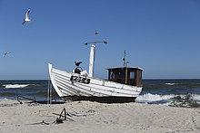 Deutschland, Mecklenburg-Vorpommern, Fischerboot am Strand
