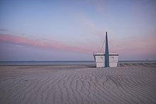 Deutschland, Warnemünde, Bademeisterstation, Strand am Abend