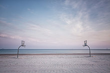 Deutschland, Warnemünde, Strand mit Volleyballplatz