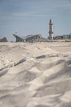 Deutschland, Warnemünde, Strand, Leuchtturm und Teepott im Hintergrund