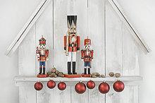 Weihnachtsdekoration mit drei Nussknackern, Weihnachtskugeln und Nüssen