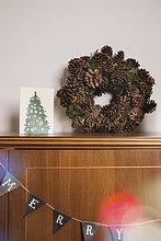 Adventsdekoration auf Schrank im Wohnzimmer