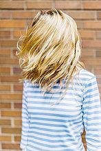 Junge Frau, die ihre Haare wirft