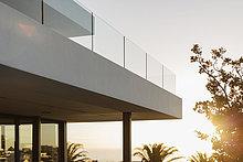 Balkon des modernen Luxus-Hauses Vitrine außen bei Sonnenuntergang