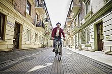 Deutschland, Hamburg, St. Pauli, Man fährt Fahrrad in der Stadt