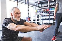 Senioren trainieren im Fitnessstudio