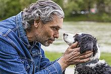 Älterer Mann im Gespräch mit seinem Hund