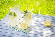 Zwei Gläser gekühlte Limonade mit Zitronenmelisse aromatisiert