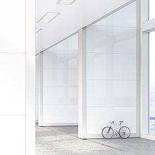 An die Wand gelehntes Fahrrad im Loft, 3D-Rendering