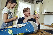 Vater und Tochter kreieren zu Hause ihren Schulkegel zum Thema Raum .