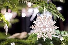 Tannenzweig mit weißer Weihnachtsdekoration