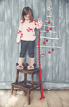 Kleines Mädchen mit Weihnachtsdekoration