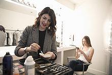 Maskenbildnerin bereitet Make-up für Model vor, Vorbereitung für Fotoshooting